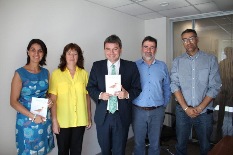 Carmen Espoz, Marcelo Mena, Rodrigo Barros y Diego Luna presentan el Atlas de aves playeras de Chile